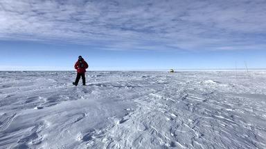 Documentário Antártica - Pela primeira vez uma jornalista visita a Criosfera I, o módulo brasileiro de pesquisa na Antártica. Mayara Teixeira enfrenta condições severas do acampamento no gelo por 15 dias.