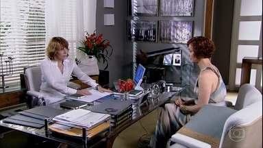 Esther e Danielle falam sobre Beatriz - A médica diz que contou a história da estilista para Beatriz e ela se comoveu. A engenheira liga para Glória e avisa que contará tudo a Esther caso Danielle não o faça