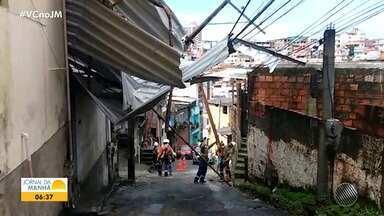 Ventania deixa casa destelhada no bairro de Cosme de Farias, em Salvador - Um poste também caiu na localidade. Uma equipe da Coelba foi deslocada para resolver o problema.
