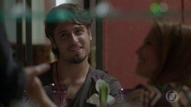 Lili e Rafa encontram Eliza em restaurante - A empresária cumprimenta o dono da Excalibur, reencontra Maurice e ambos trocam elogios