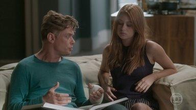 Arthur tenta convencer Eliza que posar nua é normal - Eliza fica aflita com a prova da final do concurso e Cida a aconselha a não participar da prova