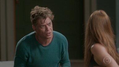 Arthur sugere que todos fiquem nus para incentivar Eliza - O diretor tenta exercício mental com Eliza para ela conseguir ficar nua, mas não funciona