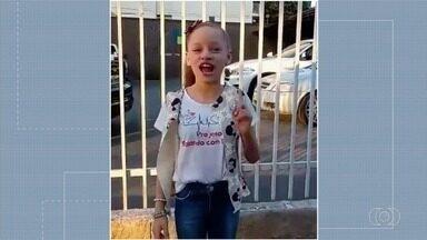 Criança pede ajuda para encher geladeira solidária, em Goiânia - Alimentos podem ser consumidos por quem não condições para comer em casa.
