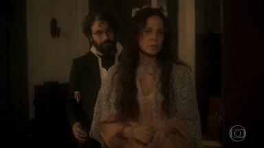 Amália garante a Peter que o colar de Domitila era seu - Peter sugere que façam outra sessão de hipnose. Piatã encontra Jacira
