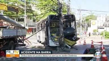Acidente com ônibus deixa parte do Jardim Oceânico sem luz - O veículo bateu num poste e deixou a rua sem luz.