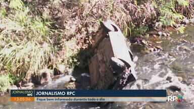 Motorista perde o controle e carro cai em ribeirão, em Londrina - Condutora conseguiu saltar do veículo e não se feriu. Acidente ocorreu nesta sexta-feira (24).
