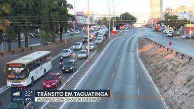 Motoristas e passageiros ficam confusos com mudança no trânsito em Taguatinga - Pistas foram interditadas e os pontos de ônibus mudaram de lugar por causa das obras de construção de um túnel.