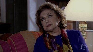 Íris conta para Alice sobre Carlota Valdez - Elas conversam sobre a mãe de Tereza Cristina