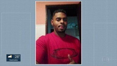 Homem de 28 anos é morto por PMs depois de quebrar o vidro de uma viatura em Niterói - O caso aconteceu no Morro do Caramujo. A família de Wallace Souza dos Santos tem problemas mentais e teve uma crise. Uma testemunha afirma que ele foi baleado pelas costas.