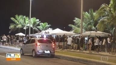 Quiosques e bares do Rio ficam lotados na noite de sexta (24) - Quiosques na orla de Ipanema e Leblon estava lotados. No Leblon, muita gente estava sem máscara.