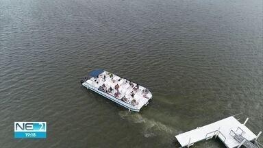 Barcos voltam a fazer passeios turísticos no Centro do Recife - Catamarã retomou atividades neste sábado (25)
