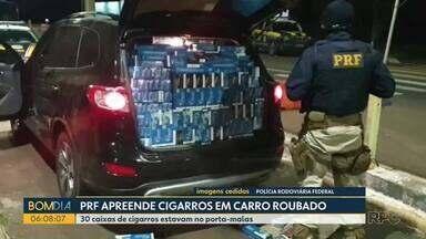 Polícia Rodoviária Federal apreende cigarros em carro roubado - 30 caixas de cigarros estavam no porta-malas do carro.