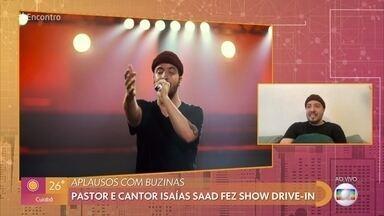 Isaías Saad comenta show em drive-in - Pastor e cantor diz que ficou muito feliz em receber aplausos em formas de buzinas. Rafa Kalimann participou de um culto neste estilo e conta que celebração foi emocionante