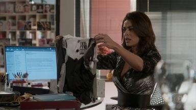 Arthur provoca Carolina com uniforme de copeira - Furiosa, ela liga para a casa do empresário e acaba ameaçando Max. Eliza sai de casa para o resultado do concurso