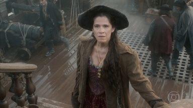 Elvira reclama por ter de ficar mais tempo com os piratas - Preocupado com perseguição inglesa, Fred leva os piratas para a província de Pernambuco
