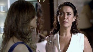 Griselda se sente culpada - Ela comenta com Crô que Tereza Cristina vai precisar da ajuda do mordomo. Diante do espelho, a portuguesa se responsabiliza pelo que aconteceu com a rival. Antenor comemora publicação do segredo