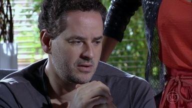 Paulo fica chocado com segredo de Tereza Cristina - Márcia avisa a Esther que segredo da cunhada foi publicado na internet. O empresário se lembra vagamente de Carlota Valdez e decide visitar a irmã