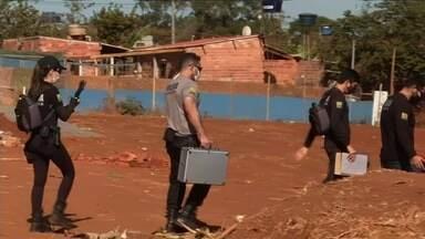 Policiais civis e da Técnico-Científica voltam ao lugar onde corpo de Danilo foi achado - Foi criada uma força-tarefa para investigar o caso.