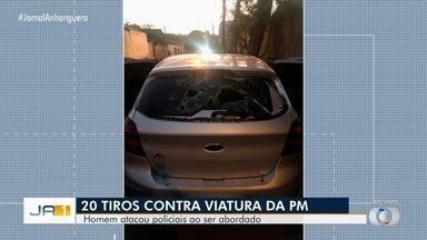 Homem ataca policiais e atira mais de 20 vezes contra viatura ao ser abordado, em Goiânia - Nenhum policial ficou ferido.