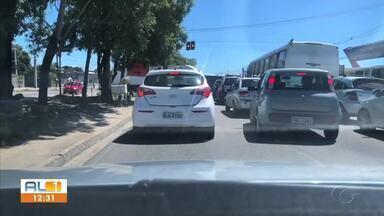 Semáforo sem funcionar causa congestionamento no Tabuleiro do Martins, Maceió - Equipe da SMTT foi acionada e encaminhada para o local para realizar a manutenção do equipamento.