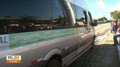 Sem ônibus, moradores da região atendida pela Veleiro em Rio Largo pegam vans - Trabalhadores e moradores da região atendida pela Veleiro tiveram que pegar vans.
