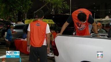 Voluntários entregam alimentos para quem está em situação de rua - Trabalho foi feito durante campanha realizada por escola