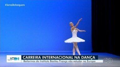 Três bailarinos goianos vão estudar dança na Europa - Eles foram selecionados para estudar em companhias europeias.