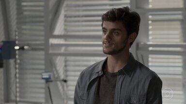 Jonatas fica animado para chamar Eliza para novo projeto - Débora comemora ao ouvir de Fabinho que ele não quer nada sério com Cassandra