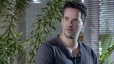 Paulo assiste à entrevista de Tereza Cristina - Esther garante que a ex-cunhada conseguiu se sair bem de toda a confusão. Celeste também comenta sobre o que acaba de ver