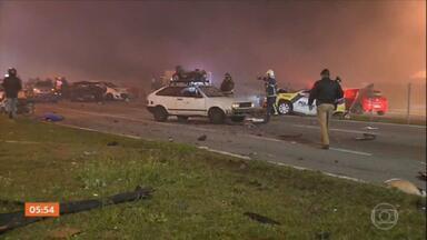 Acidente deixa pelo menos sete mortos na BR-277, no sentido litoral do PR - Engavetamento de vários carros provocou a tragédia.