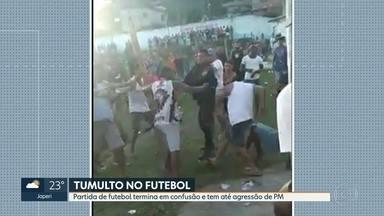 Partida de futebol acaba em confusão em Belford Roxo - Um policial militar foi filmado usando um fuzil para agredir um homem. A PM disse que os policiais foram hostilizados.