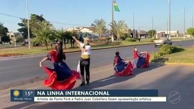 Na fronteira, artistas brasileiros e paraguaios fazem apresentação - Na fronteira, artistas brasileiros e paraguaios fazem apresentação
