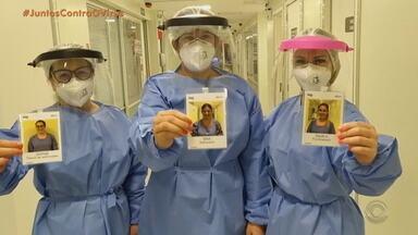 Hospital de Bento Gonçalves adota crachás com fotos dos profissionais sorrindo - Objetivo é trazer mais conforto para os pacientes isolados.