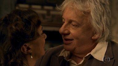 Pancrácio se declara para Anastácia e os dois se beijam - Maria dá uma forcinha para a viúva ficar a sós com o professor