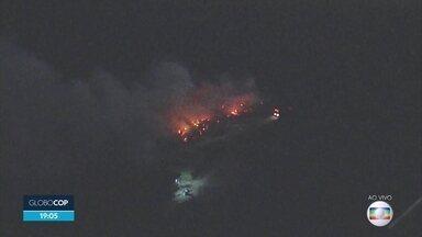 Incêndio atinge vegetação às margens da rodovia PE-22, em Paulista - Globocop mostra que fogo atingiu um local bem perto de um conjunto de fábricas