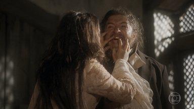 Licurgo coloca dentes de ouro - Germana adora a ideia, mas o deputado avisa que não tem dinheiro para pagar dentes de ouro para a mulher