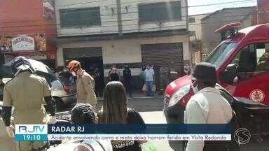 Acidente envolvendo carro e moto deixa homem ferido em Volta Redonda - Segundo os bombeiros, vítima teve ferimentos moderados. Batida aconteceu na Rua Neme Felipe, no bairro Aterrado.