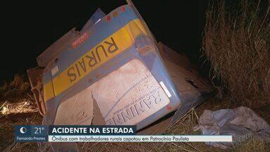 Acidente com ônibus deixa trabalhadores rurais feridos em Patrocínio Paulista, SP - Vítimas tinham deixado uma lavoura de laranjas quando veículo tombou em ponte.