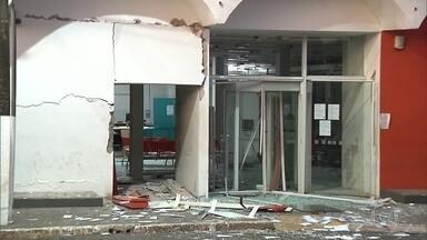Bandidos explodem agência bancária e fazem reféns em Florestópolis, Paraná - A polícia ainda procura pelo menos 8 ladrões que estavam armados e participaram do ataque, que aconteceu por volta de 1 hora da manhã.