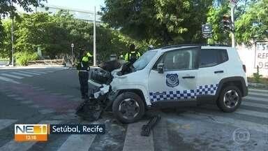 Acidente de trânsito causa princípio de incêndio na Zona Sul do Recife - Colisão aconteceu entre um carro da guarda municipal e um ônibus.