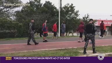 Torcedores protestam em frente ao CT do Inter nesta sexta-feira (7) - Manifestantes tentaram invadir o local mas foram impedidos pela brigada militar. Jogadores do Inter já se dirigem ao Paraná.
