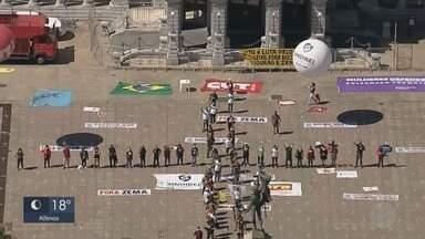 Ato simbólico em Belo Horizonte homenageia vítimas da Covid-19 - Ato simbólico em Belo Horizonte homenageia vítimas da Covid-19