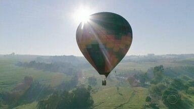 Voos em balões são retomados em Boituva com adaptações para evitar contaminação por Covid - Seguindo as orientações para evitar contaminação por coronavírus, voos em balões e saltos individuais de paraquedas foram retomados no Centro Nacional de Paraquedismo, em Boituva (SP).