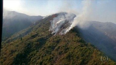 Bombeiros controlam incêndio que consumiu a mata na Serra dos Órgãos - Incêndio durou quatro dias e a principal suspeita é que tenha sido causado por baloeiros.