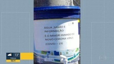 Poste em Santa Teresa ganha balde com água e sabão - Iniciativa está chamando a atenção nas ruas do bairro