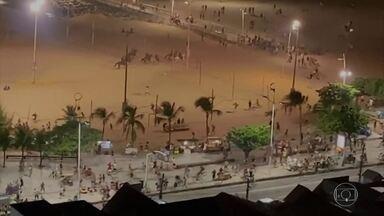 Domingo de praia termina em confusão em Fortaleza - A polícia foi chamada para dispersar a aglomeração na praia de Iracema, por conta da covid-19. Houve corre corre e um homem foi preso por porte de drogas.