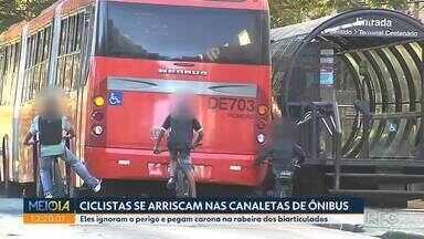 Rua Padre Anchieta ganha via compartilhada para bicicletas - É comum ver ciclistas pegando carona na rabeira dos ônibus na caneleta que fica nesta rua.