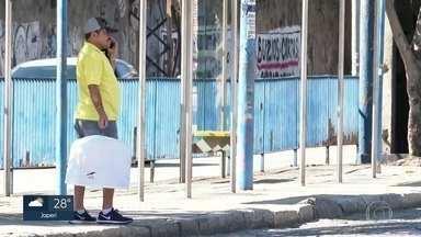 Moradores da Baixada denunciam sumiço de linhas de ônibus - Moradores dizem que algumas linhas tem demorado até 1h30 para passar.
