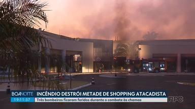 Incêndio destrói metade de shopping atacadista de Maringá - Três bombeiros ficaram feridos durante o combate às chamas.
