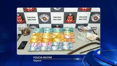 Dupla suspeita de furtar mais de R$ 200 mil de lotérica foi presa em telhado de casa - Os dois homens suspeitos de furtarem uma casa lotérica em Itapeva (SP), na noite de sábado (8), foram presos no telhado de uma casa vizinha. A Polícia Militar apreendeu com a dupla mais de R$ 200 mil em dinheiro e cheques.